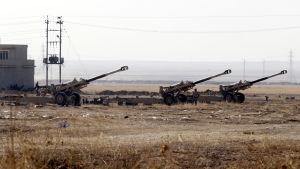 Irakiska arméns artilleripjäser utanför staden Bartila nära Bashika öster om Mosul.