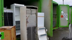 Gamla kylskåp vid Toppå avfallscentral i Åbo.