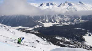 Ilka Stuhec bjuder på ett långt hopp under störloppsträningen i St. Moritz.