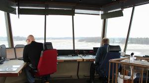 Övervakare i kontrolltornet på Malms flygplats - Klaus Sundman och Timo Kasurinen