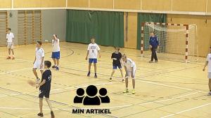 Skolelever spelar handboll.