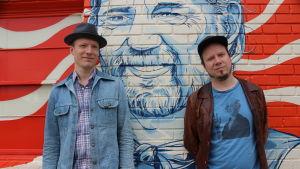 Markus Nordenstreng ja Tuomo Prättälä seisovat seinän edessä.