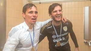 Simo Valakari och Mehmet Hetemaj firar ligaguldet 2015 i duschen.