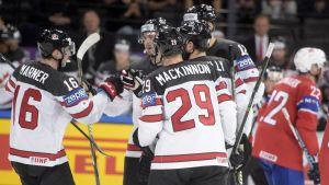 Kanadas spelare firar ett mål mot Norge.