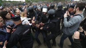 Kravallpolis gick till attack på många håll såsom i Moskva där över 700 demonstranter greps