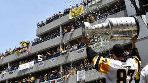 Sidney Crosby håller Stanley Cup-pokalen under segerparaden i Pittsburgh.
