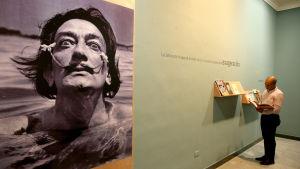 Fotografi av Salvador Dali på ett museum.
