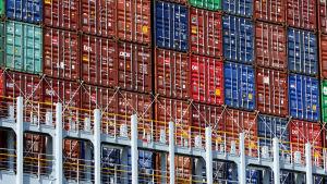 Containrar i olika färger staplade intill och ovanpå varandra ombord på containerfartyget OOCL Hong Kong, som med plats för över 21 000 containrar är världens största av sitt slag.