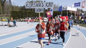 Korsnäs KBY skola tågar in på stafettkarnevalen