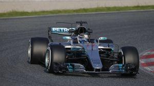 Grå Mercedes F1-bil under testvarv.