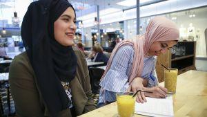 Ava Elshafei till vänster och Hala Eltapgi besöker ofta kaféerna i östra centrums köpcentrum i Helsingfors.