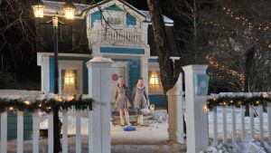 Adas och Gladas mysiga hus i vinterskrud