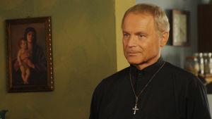 Terence Hill sarjassa Isä Matteon tutkimuksia (Don Matteo)