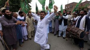 Demonstranter som stöder Pakistans premiärminister Nawaz Sharif firar med dans efter att Högsta domstolen beslutat att inte avsätta premiärministern.
