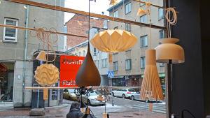 Lampor i fönstret på inredningsaffären Formverk