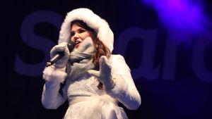 Saara Aalto sjunger.
