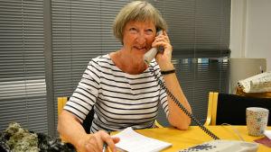 Ursula Stenberg svara i telefon