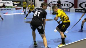 Kevin Söderling håller blicken på bollen.