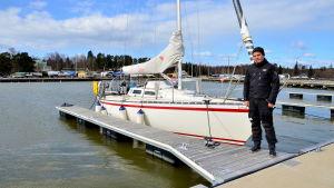 """Mikael Wahlroos med """"Lotus"""" - en Finnflyer 31 segelbåt."""