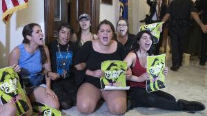 *Demonstranter samlade utanför den republikanska senatorn Jeff Flakes kansli i Kapitolium strax innan de greps.
