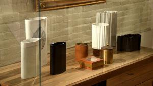 En utställningsmonter med flera olika vaser i keramik.