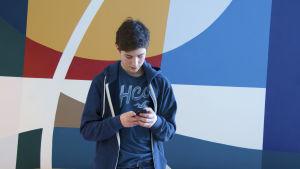 pojke på mobil