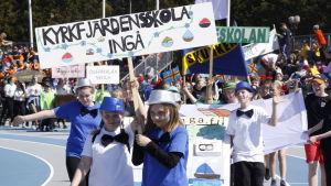 Kyrkfjärdensskola tågar in på stafettkarnevalen