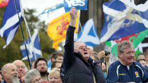 Demonstranter visar sitt stöd för ett självständigt Skottland.