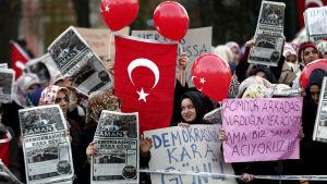 Anhängare till Fethullah Gülens Hizmet-rörelse demonsterar för medier med koppling till rörelsen i Istanbul 16.12.2014