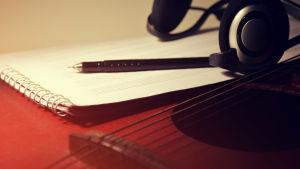 notpapper på gitarr