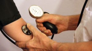 Läkare kollar blodtryck