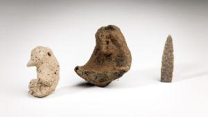 Unika lerfigurer som har hittats vid utgrävningar i Ånäs i Vanda i augsti 2014.