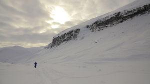 Tom Nylund åker skidor över Kebnekaise bergsmassivet.