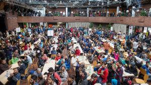 Hundratals flyktingar inkvarteras på tågstationen i Dortmund