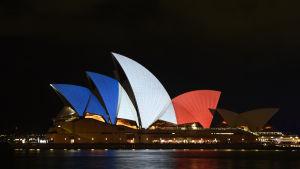 Operahuset i Sydney i Australien i franska flaggans färger