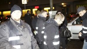 Aktivister i Finska Motståndsrörelsen som ordningsmän på 612-fackeltåget 2014