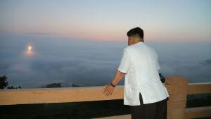 Ett odaterat fotografi från år 2014 av Nordkoreas ledare Kim Jong Un som följer med provskjutningen av en Interkontinental ballistisk missil