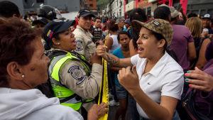 Personer protesterar på gatan i Venezuela.