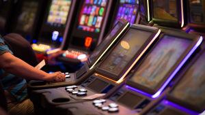 Anonyymi hahmo pelaa rahapelejä Casino Helsingissä.