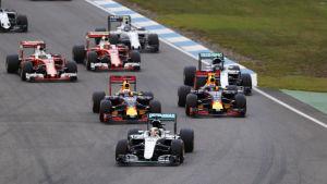 Lewis Hamilton tar ledningen i Hockenheim.