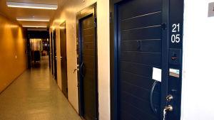 Låsta dörrar till celler i rannsakningsfängelset i Vanda.