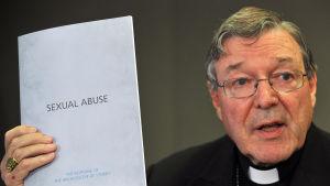 Kardinal George Pell visar katolska kyrkans handlingsplan med anledning av sexuella övergrepp mot barn.