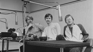 Rockradion toimittajat Heikki Harma, Heimo Holopainen ja Jake Nyman studiossa vuonna 1980.