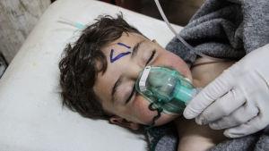 Ett syriskt barn får vård vid ett fältsjukhus i provinsen Idlib efter en kemisk attack den fjärde april 2017.