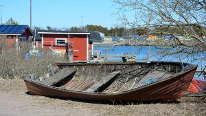 En övergiven båt på en strand i Hangö.