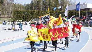 Karuby, Finnoskola tågar in på stafettkarnevalen