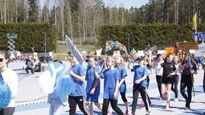 Vikingaåsens skola tågar in på stafettkarnevalen