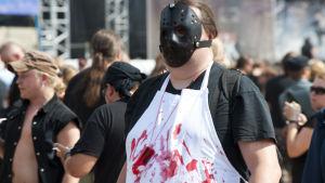 Tuska-festivaaleille pukeutunutta yleisöä vuonna 2010