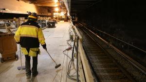 Den nylagda metrorälsen på Aalto-universitets station.