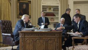 Donald Trump i telefonsamtal med Vladimir Putin.
